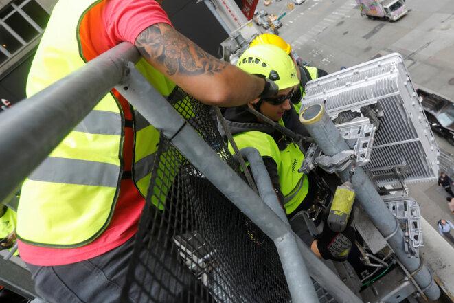 Installation d'une antenne 4G et 5G par Sprint, numéro 4 de la téléphonie aux États-Unis, en juin 2019 à New York. © Reuters