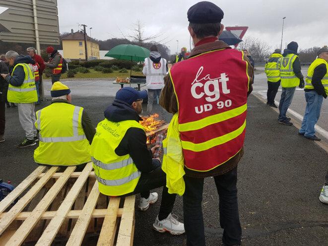 Sur le rond-point d'Andelnans vers Belfort, les gilets jaunes ont invité les syndicats le 7 décembre, après avoir lancé un appel à « la convergence des luttes ». © Guillaume Clerc