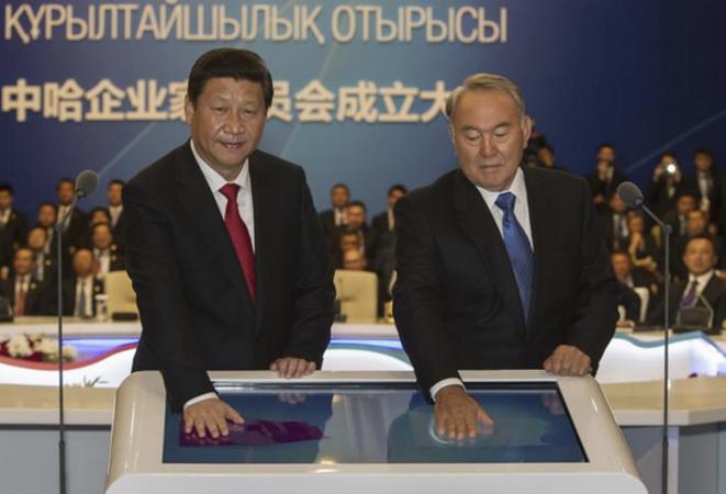 Le président chinois Xi Jinping et Noursoultan Nazarbaïev, alors president du Kazakhstan, lors d'une conférence de presse annonçant la construction d'un futur pipeline, à Astana, le 7 septembre 2013. © Reuters