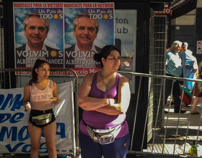 Des pancartes à l'effigie d'Alberto Fernández, à Buenos Aires. © CA
