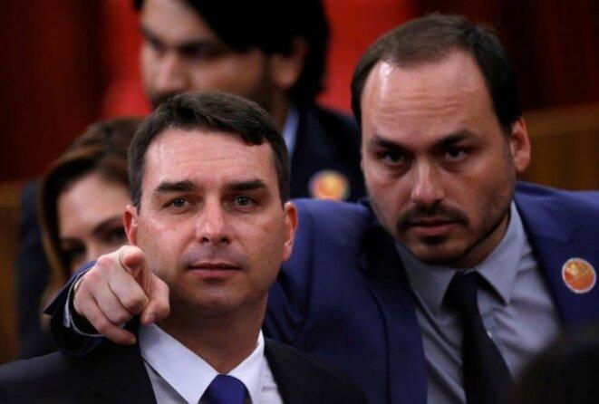Flávio Bolsonaro (à gauche) et Carlos Bolsonaro, deux des fils du président brésilien, le 10 décembre 2018, à Brasilia. © Adriano Machado / Reuters