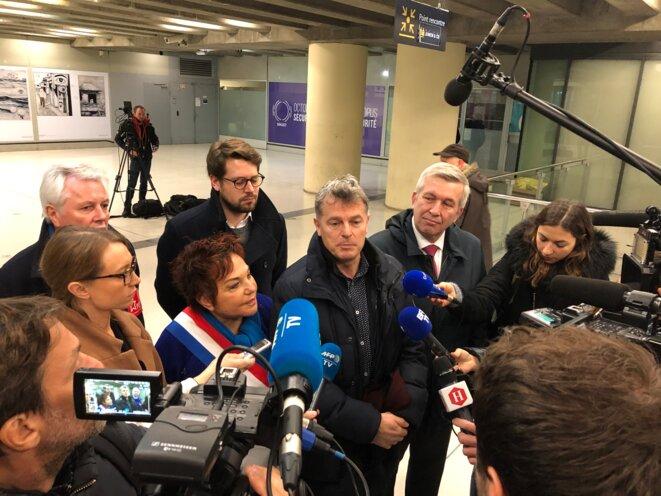 A la gare de Lyon, le 27 décembre 2019, de gauche à droite (au premier rang) : Aurore Lalucq (Place publique), Esther Benbassa (EELV) et Fabien Roussel (PCF). © MJ