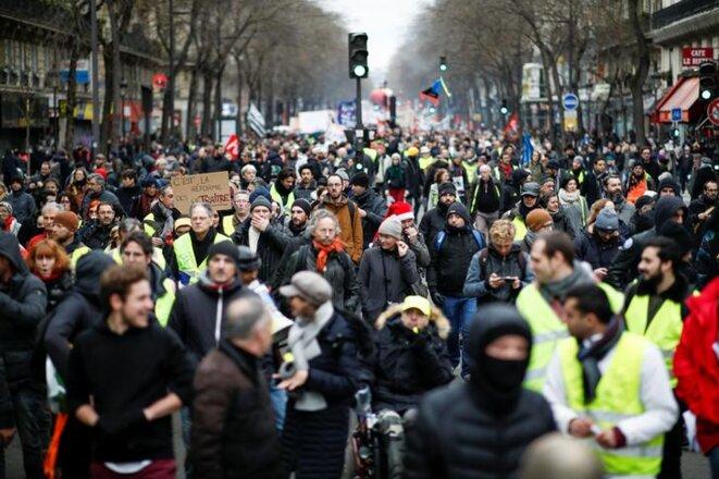 La manifestation contre la réforme des retraites à Paris, le 28 décembre, a rassemblé organisations syndicales et gilets jaunes. © Reuters