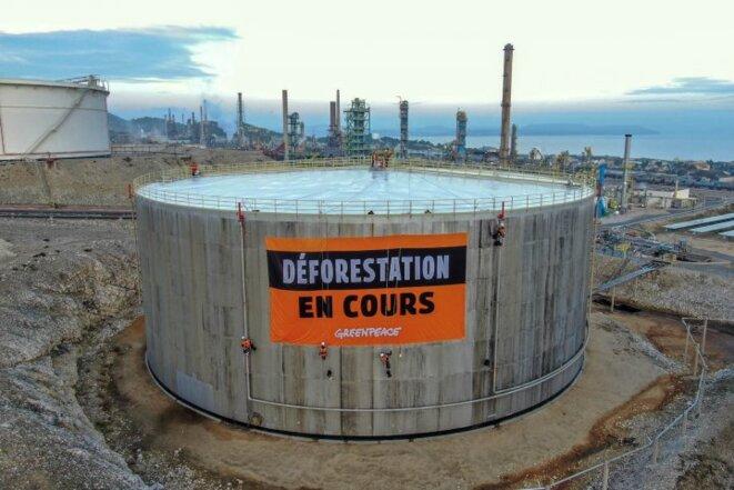 Lors d'une action de blocage de la raffinerie de La Mède par des militants de Greenpeace le 29 octobre. © Théo Giacometti
