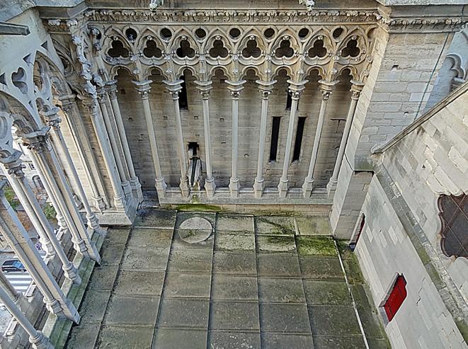 """La cour des réservoirs du côté nord, à droite le pignon de la nef avec les portes donnant accès à """"la forêt""""."""