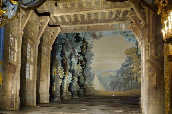 Le théâtre du Petit Trianon : quand on investigue la problématique Ovni, on passe derrière le décor, sauf que l'on oublie très vite de quel décor il s'agit. © Anonyme