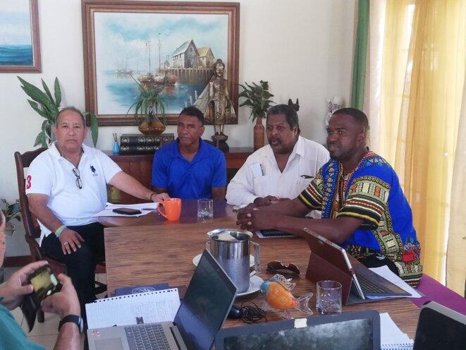 """À gauche : M Juan Thisen, Président du Parlement d'Aruba, M James Finies, Président de la Fondation """"We Want Bonaire Back !"""", Dr Bernad Whiteman, ex Premier Ministre de Curaçao, M Charles Woodley, Président de """"We Want Statia Back !"""" ."""