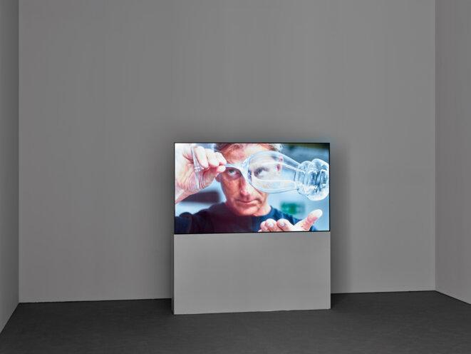 Vue de l'exposition Anri Sala. Le Temps coudé, 11.10.2019 - 05.01.2020, Mudam Luxembourg © Photo : Rémi Villaggi | Mudam Luxembourg