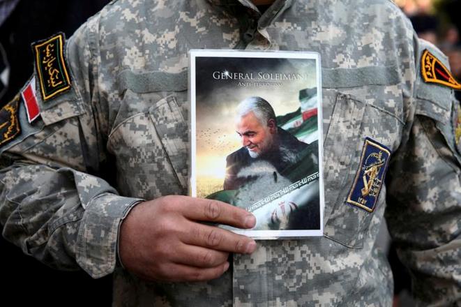 Un manifestant porte une photo de Qassem Soleimani lors d'une manifestation à Téhéran le 3 janvier 2020. © REUTERS