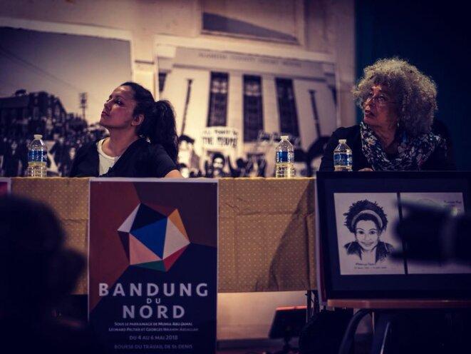 Houria Bouteldja et Angela Davis, assises à la même table, lors du Bandung du Nord, Bourse du travail de Saint Denis, mai 2017