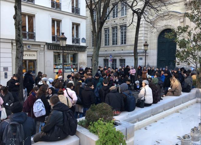 Des étudiants devant la Sorbonne pour l'annulation des partiels. © Twitter / @Unef