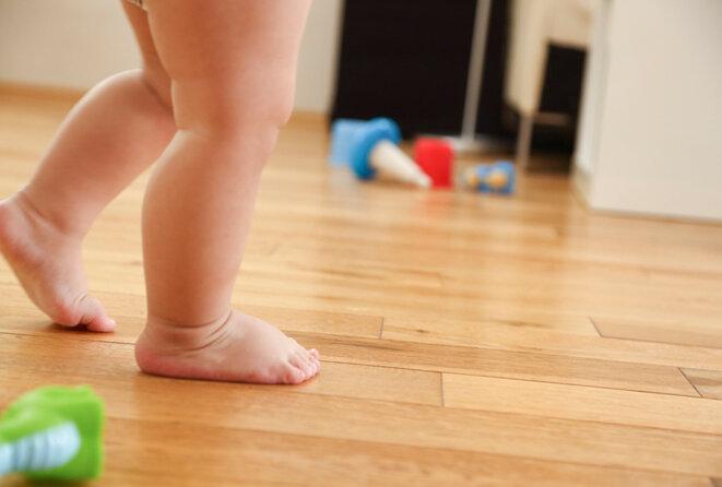 Des pas de bébé : Plus de 99 % des enfants marchent seuls à l'âge de 18 mois. © tomazl / iStock