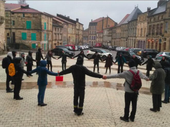 Ronde des opposant.e.s avec des mis en examen sous contrôl judiciaire, devant le tribunal de Bar-le-Duc