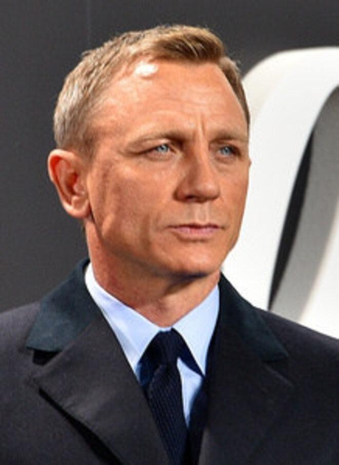daniel-craig-film-premiere-spectre-007-on-the-red-carpet-in-berlin-22387409720-cropped