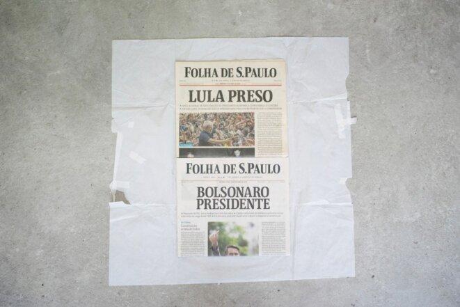Icaro Lira, Sans titre | 2019 journaux Folha de São Paulo du 8 avril 2018 et du 29 octobre 2018, papier emballage 70 x 70 cm pièce unique © Icaro Lira, courtesy de la galerie Salle principale, Paris.