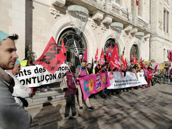 Arrivée du cortège devant la Mairie de Montluçon