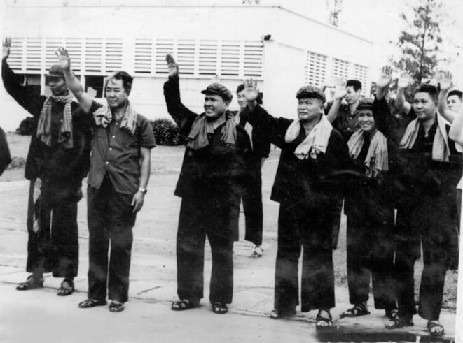Les dirigeants khmers rouges. Krama à carreaux, vêtements noirs, sourires de rigueur. Au centre, le Frère numéro 1, Pol Pot.