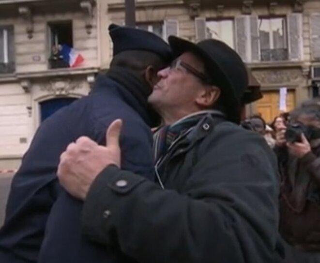homme-embrasse-un-policier