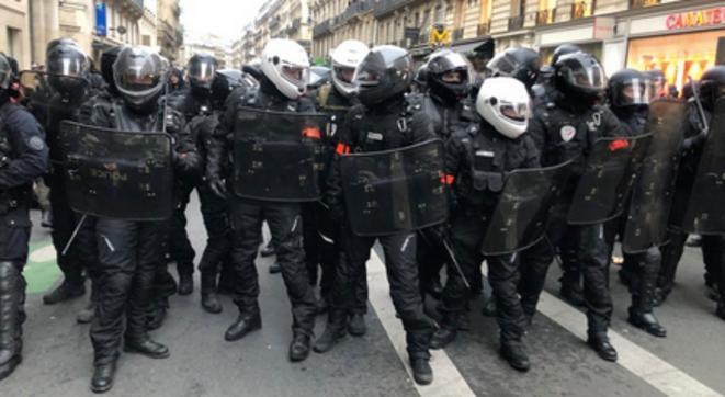 Policiers des unités BRAV-M après l'une des charges opérées rue Saint-Lazare, jeudi. © Mediapart /KL
