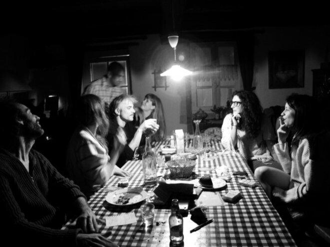 """La table de """"Nous sommes seuls maintenant"""" © dr"""