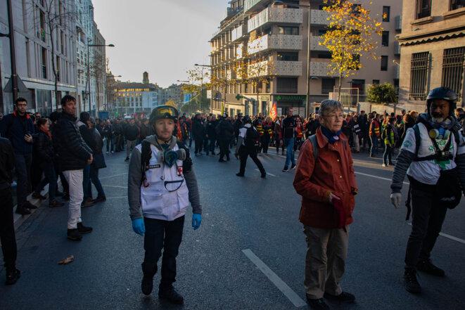 Des street-médics et certains manifestants forment une ligne pour séparer le Service d'Ordre de la CGT et certains manifestants autonomes positionnés un peu plus haut sur le boulevard Charles Nédelec. © Justin Carrette