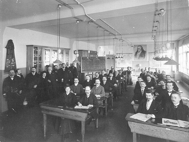 Rosa Luxemburg (debout, rangée de gauche) à l'école des cadres du SPD en 1907