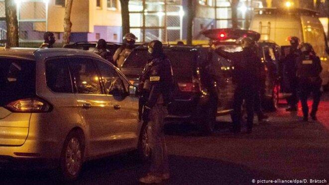 Descente de la police allemande chez des Tchétchènes © Picture alliance @ Bratsch