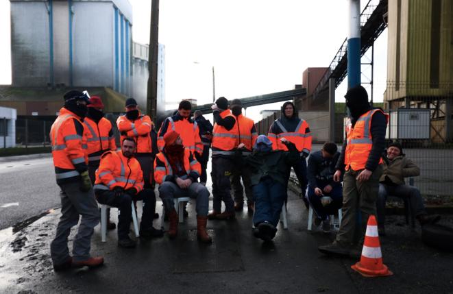 Ils sont une soixantaine à bloquer l'avenue Jacques-Cartier, à Lorient, mercredi 15 et jeudi 16 janvier. © D.E