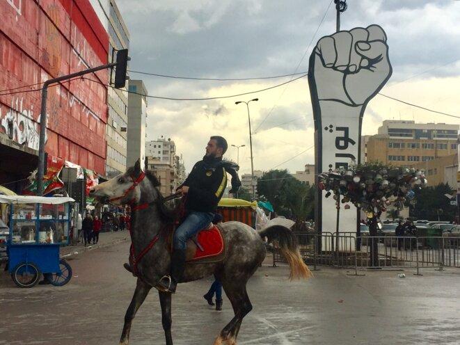 Un cavalier traverse la place Al-Nour à Tripoli. © Paul Boyer