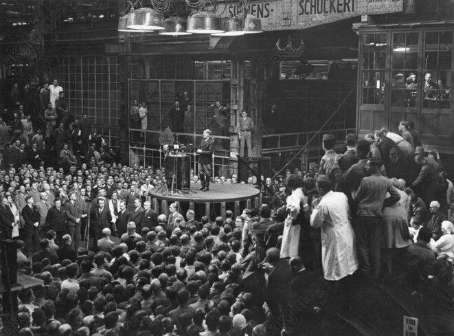 Un discours d'Adolf Hitler dans une usine Siemens en 1933. © AKG Images