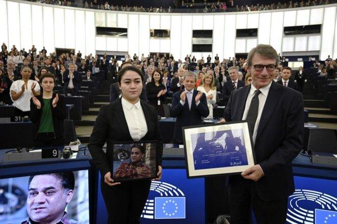 Ilham tient un portrait de son père au Parlement européen le 18 décembre, où elle est vue aux côtés du président du Parlement, David-Maria Sassoli, après avoir reçu un prix des droits de l'homme au nom de son père. Frederick Florin / AFP
