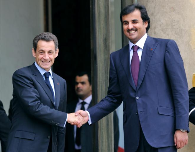 Le président Nicolas Sarkozy avec Tamim Al-Thani, alors prince héritier du Qatar (et actuel émir) à la sortie de leur déjeuner à l'Élysée le 3 février 2010. © AFP