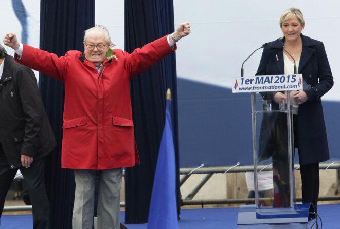 Jean-Marie Le Pen à la tribune de sa fille Marine Le Pen, le 1er Mai 2015. © Reuters