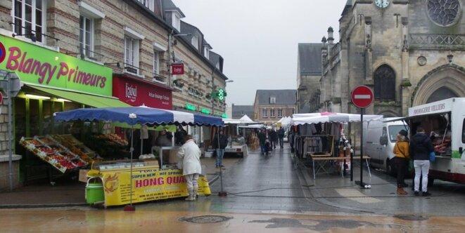 Sur le marché de Blangy-sur-Bresle (Seine-Maritime), l'ambiance est morose quand on aborde le sujet de la réforme des retraites