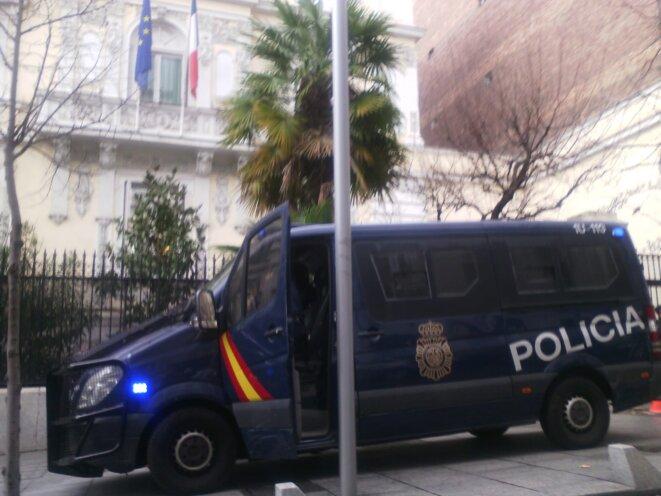 La police espagnole guette sans toutefois éprouver le besoin d'utiliser ses LBD...