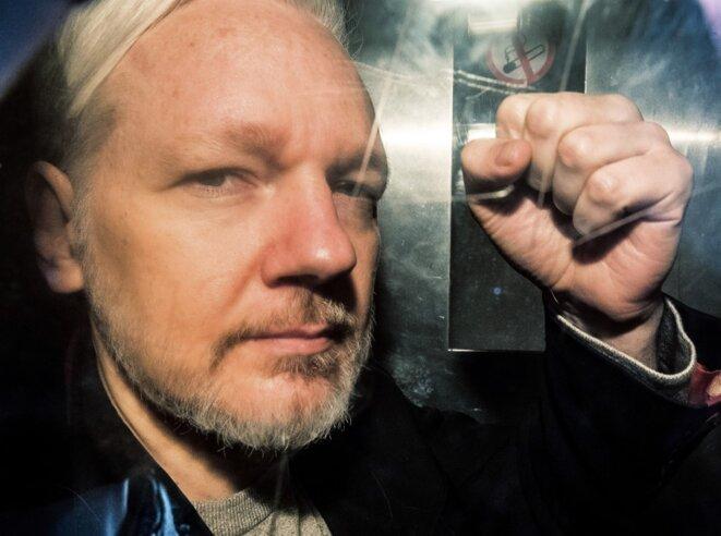 Julian Assange emmené au tribunal à Londres le 1er mai 2019. © Daniel LEAL-OLIVAS/AFP
