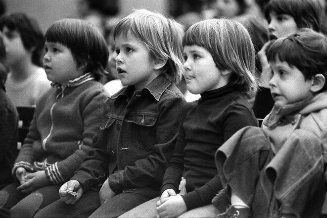 Devant le guignol  Montsouris 1976 © Jean-François Gornet