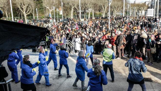 Sur le parvis de la fac de droit face à la foule qui se rassemble © GeorgesAndréPhotos