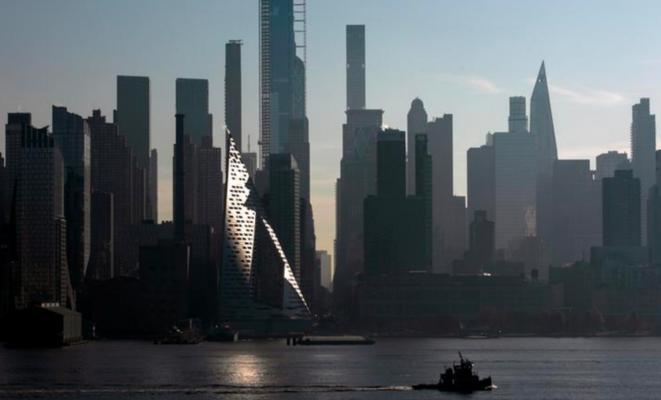 La «skyline» de Manhattan, ici vue de l'Hudson River (depuis l'ouest), s'est hérissée en une décennie de nombreuses tours luxueuses. © Reuters