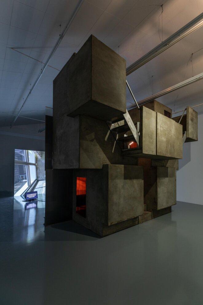 Cécile B. Evans, Amos' World, épisode 1, 2017 Installation vidéo, 24:58 Bois, béton, métal, bandes lumineuses, coussins Photo : Fred Dott © Cécile B. Evans, photo : Fred Dott