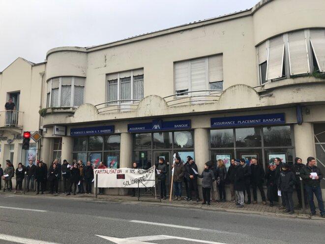 Les BlackProfs devant une agence AXA, à Auch le 24 janvier [Ph. YF]