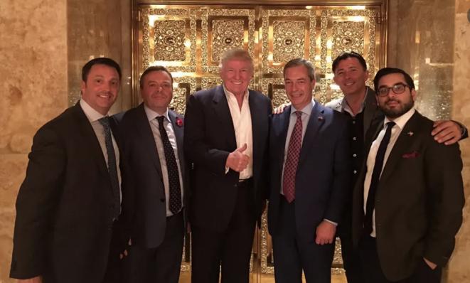 Un cliché datant de 2016 à la Trump Tower à New York : le futur président des États-Unis reçoit Arron Banks (à sa droite), Nigel Farage (à sa gauche) et Andy Wigmore (sans cravate). © Compte twitter de la campagne «Leave.EU»