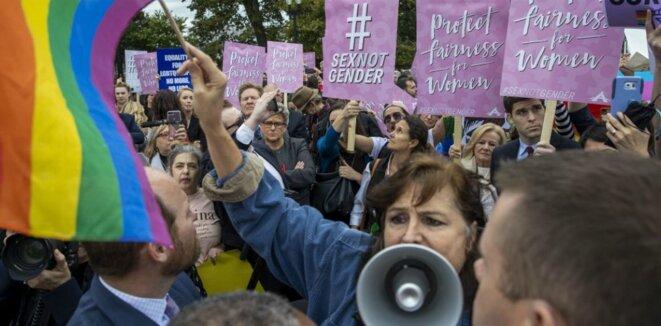 Manifestation devant la Cour suprême des États-Unis au sujet d'un cas opposant féministes radicales et activistes trans, le 8 octobre 2019 © Tasos Katopodis - Getty Images North America - AFP
