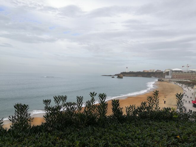 La plage de Biarritz, avec l'hôtel du Palais en travaux. © Jérémy Jeantet
