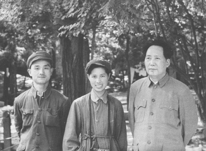 Hou Bo, Xu Xiaobing, Mao Zedong, aux Xiangshan, 1949. © inconnu