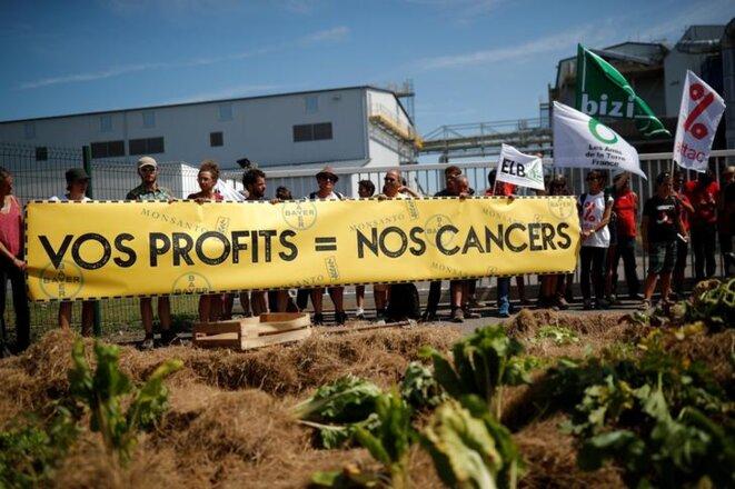 Des altermondialistes manifestent devant l'usine Monsanto de Peyrehorade (Landes), en août 2019. © Reuters