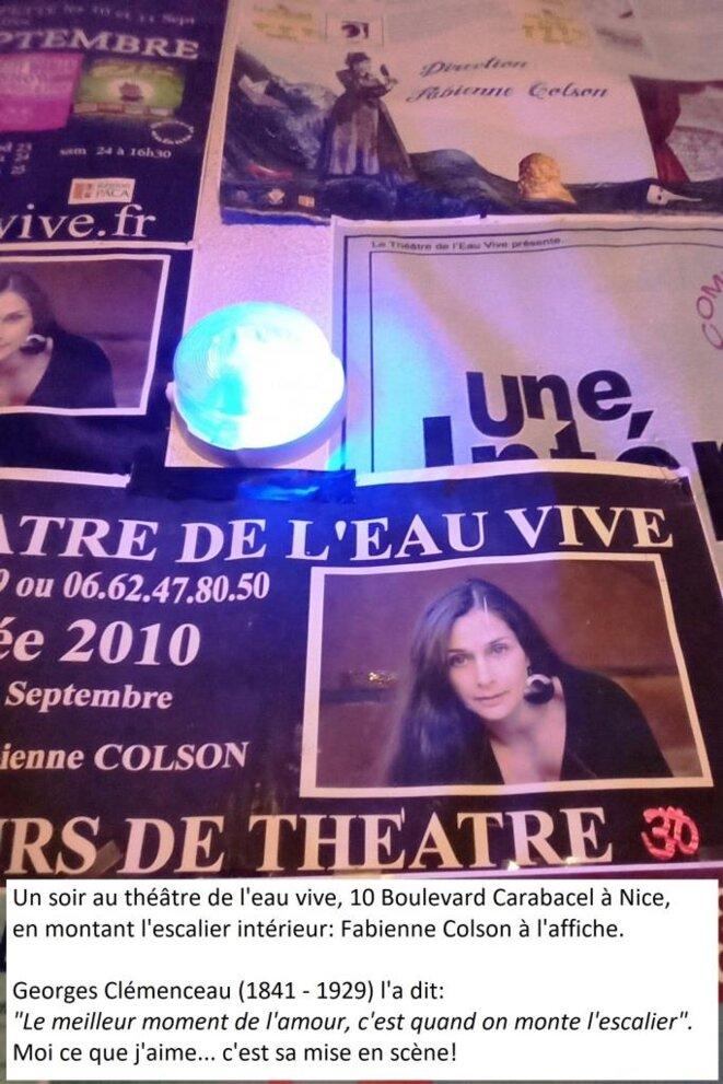 Fabienne COLSON à l'affiche, au gré des marches du Théâtre de l'Eau Vive © Didier CODANI