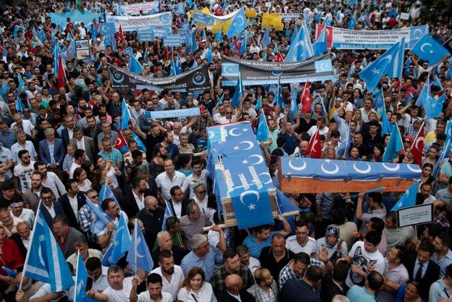 Sur cette photo de juillet 2015, des Ouïghours vivant en Turquie et leurs partisans, certains transportant des cercueils représentant des Ouïghours décédés dans l'extrême ouest de la Chine, la région ouïghoure du Xinjiang, scandent des slogans alors qu'ils manifestent à Istanbul, contre ce qu'ils appellent l'oppression du gouvernement chinois contre les Ouïghours musulmans dans la province. (Photo AP / Emrah Gurel)