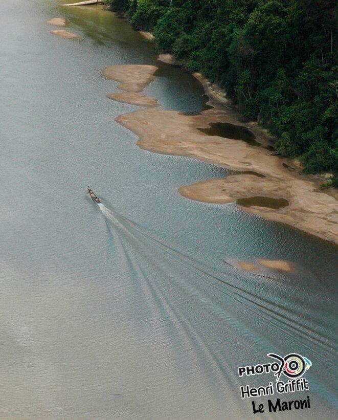 D'aube drapé dans son lit, le fleuve Maroni (Guyane).