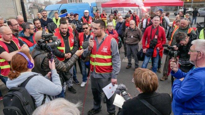 """Axel avec les journalistes de """"Là-bas si j'y suis"""" et d'autres. © GeorgesAndréPhotos"""